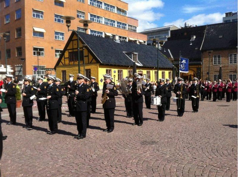 Oslo Politiorkester og Tofte Musikkorps på Christiania torv 12.05.12 (foto: Jon K. Enger)